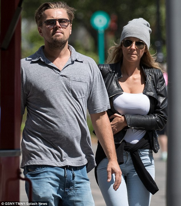 3422558800000578-3589434-Casual_The_Oscar_winner_was_dressed_down_for_the_outing_in_a_gre-m-88_1463176944050