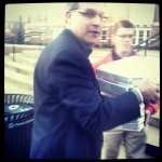 Gus Malzahn delivers pizzas to Auburn students