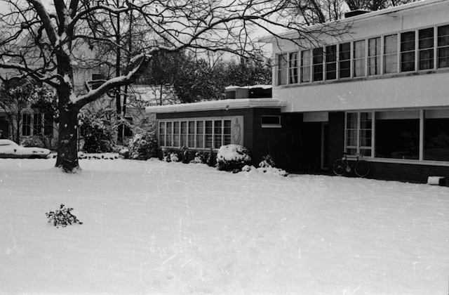 snow_front_house2