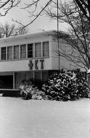 snow_front_house3