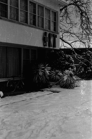 snow_front_house4